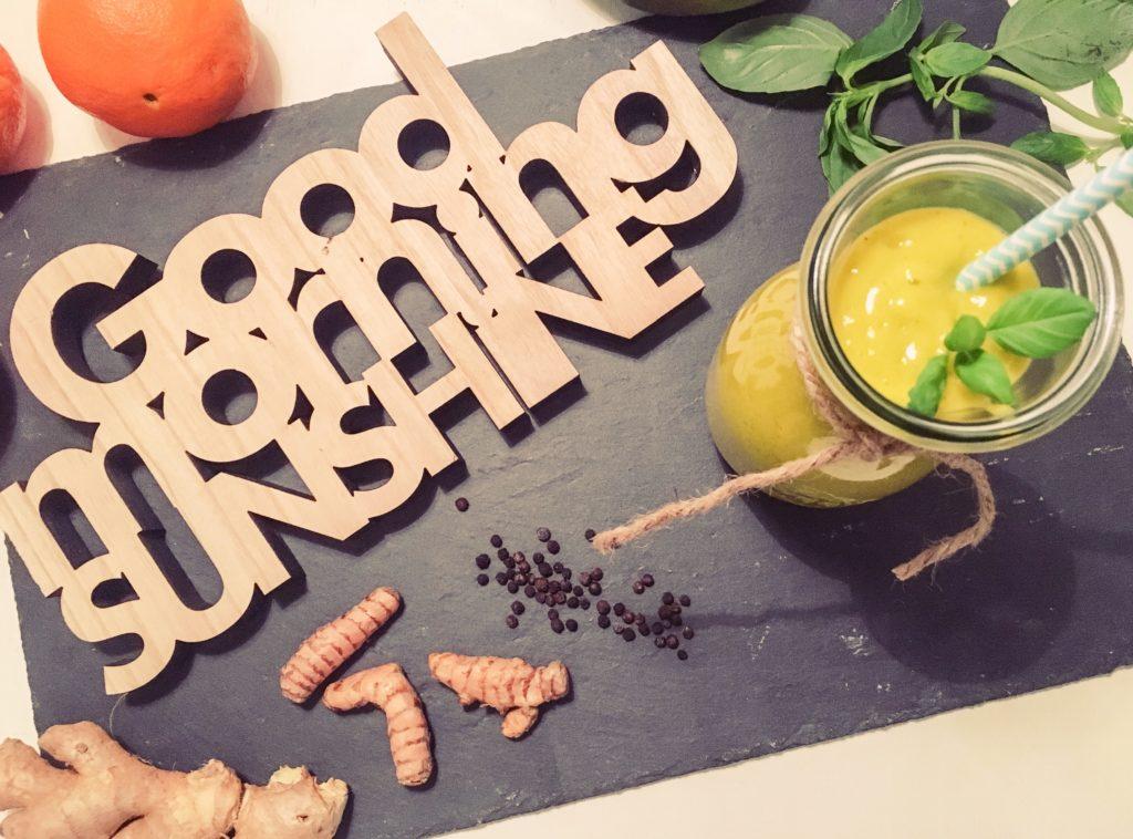 energy boost mango kurkuma smoothie mit basilikum gesundheit im ganzen. Black Bedroom Furniture Sets. Home Design Ideas
